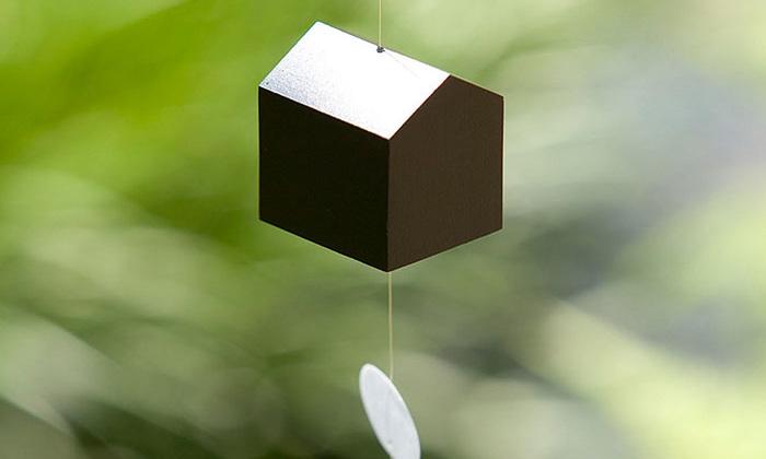 こちらは真鍮製の風鈴です。真鍮ならではの、澄み切ったやさしい音色を聴かせてくれますよ。おうち型もかわいいですね。毎年夏が楽しみになるアイテムです♪