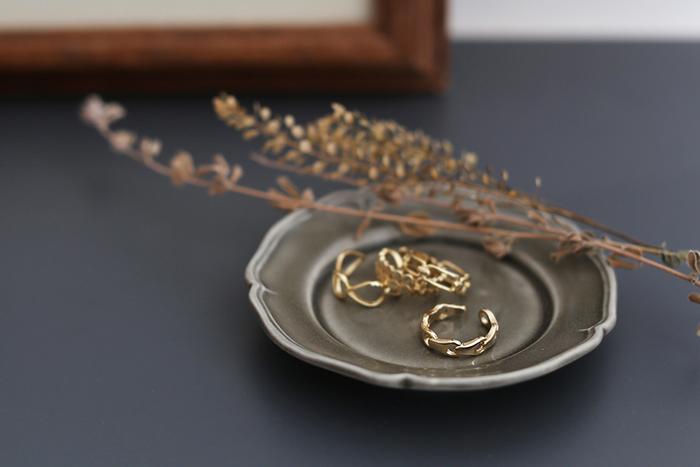 真鍮のアクセサリーは、やわらかなゴールドの輝きが魅力ですね。「Ouca(ウーサ)」の真鍮のリングは、肌なじみも良く、落ち着いた上品なリングです。