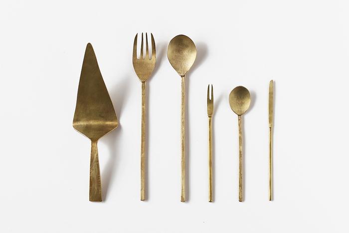 「真鍮」は、銅と亜鉛の合金です。身近なものだと5円玉の素材があげられますね。腐食しにくく加工しやすい素材なので、古くから美術工芸品や仏具などにも使用されている伝統ある素材です。