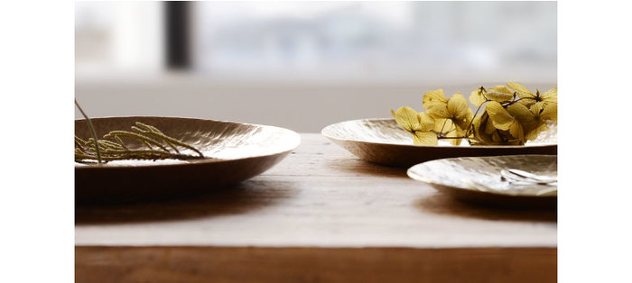 「Lue(ルー)」の真鍮の平皿は、真鍮ならではの独特な光を楽しむことができますね。食卓だけでなくインテリア使いもおしゃれ。