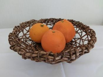 つる細工のかご。 葛、アケビ、ツヅラフジ、ヤマブドウのつるなどはつる細工にも使われています。