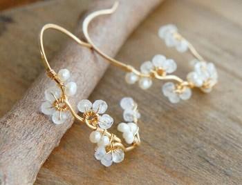 6月の誕生石を贅沢に使ったムーンストーンと真珠のフープピアス。清楚さと華やかさを兼ね備えたアクセサリーは身に着けるだけでハッピーな気持ちにしてくれます♪