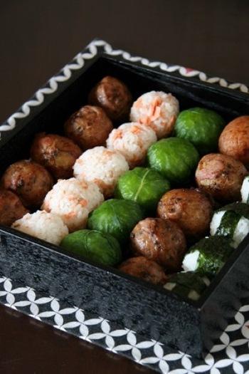 肉巻き、野沢菜、鮭、塩にぎりをお重に詰めて。色合いのバランスもきれいですね。重箱は、四角いものがきっちりと詰めやすいですね。