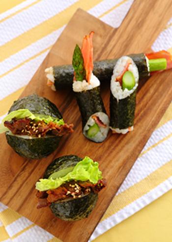 巻き寿司のような形のスティックおにぎり(写真奥)。具は自由で、とにかく食べやすいのが魅力。ラップで包んでしばらく置くことで、のりがなじみます。写真手前は、焼肉サラダぱっかんおにぎり。栄養バランスもいいですね。