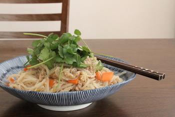 こちらはベトナム料理ではおなじみの焼きビーフン。  現地では焼くよりも汁ビーフンとしていただくことが多いビーフンですが、焼きビーフンも食欲をそそられますよね。  レシピでは豚肉を使っていますが、イカやエビといったシーフードを使うのも良さそうです♪  あっさりした焼きそば感覚でどんどんお箸が進みますよ。