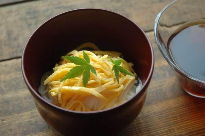 錦糸卵を乗せただけのシンプルなレシピですが、卵がそうめんをぐっとおいしくしてくれます。錦糸卵は冷凍できるので、多めに作って冷凍しておけば、そうめんをゆでるだけですぐ食べられますよ。彩りに絹さやを乗せると◎