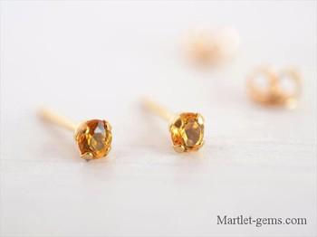 太陽のような輝きを持つシトリンは、黄水晶とも呼ばれ、富や繁栄をもたらすと言われています。小粒で上品な輝きのシトリンのピアスはフォーマルでもカジュアルでもシーンを選らばず着用できるのが◎。