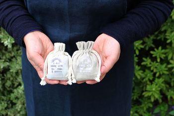 小さめの巾着袋には、アロマなどを入れて香り袋・匂い袋として。余った布などで作ってもいいですね。