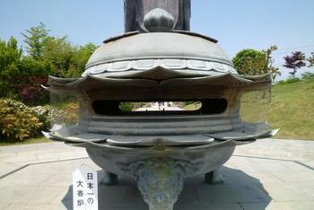 世界一大きな大仏様の前にはやっぱり日本一大きな大香炉が。大仏のスケールに合わせて大きくしたのでしょうか。たくさんの来館者を出迎えています。