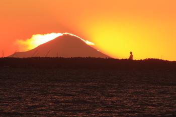 茨城県南東部から千葉県北東部に広がる湖「霞ヶ浦」の断崖上からは、大仏さまと富士山が一度に拝めます。特撮のような圧倒的なスケール感にびっくり。