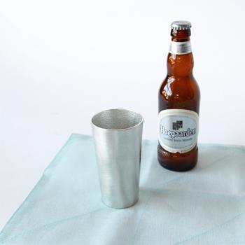 シンプルでありながらどっしりとした佇まい。能作は熱伝導率の高い純度100%の錫を使用。見た目の美しさのみならず、飲み物をより美味しくしてくれる機能性にも優れたビアカップです。