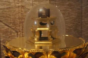 4F、5Fのちょうど大仏様の胸のあたりに広がる「霊鷲山(りょうじゅせん)の間」では、お釈迦様のお骨と言われる仏舎利(ぶっしゃり)が。明治期にシャム(現在のタイ)より贈られたものなのだそう。同じくシャムから海を越えた金色の仏像も拝めます。 お釈迦様についてのパネルなど、仏教に詳しくない方でも学ぶことができるエリアも。