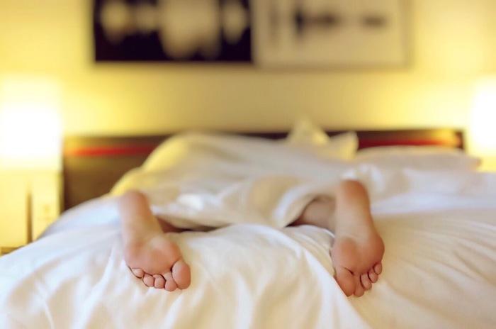 忙しい合間のお休みはついゴロゴロダラダラしたくなってしまいますが、それも睡眠の質を下げてしまう原因です。夜ぐっすり寝て朝すっきり起きるには日中の行動も見直してみましょう。