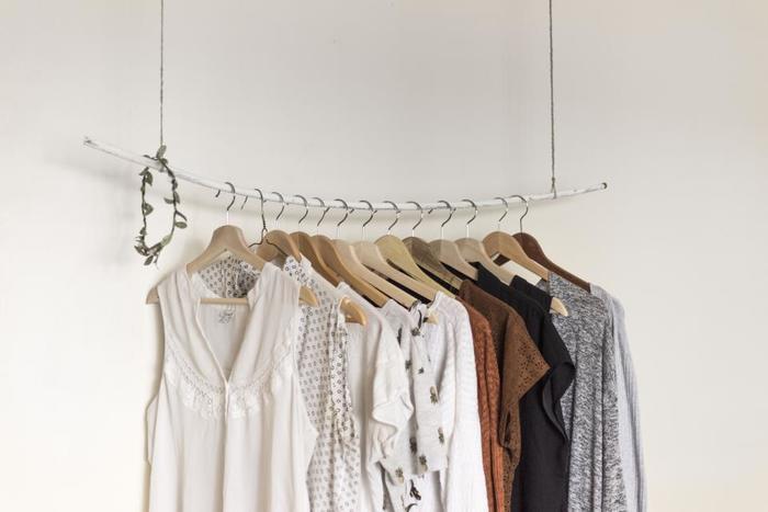 衣類収納は、4つの季節に応じて着るものが異なる日本に住むわたしたちにとってはいわば「死活問題」。  季節によっては厚めの衣類もありますし、ソックスや下着類といった細かいものもスペースが確保しにくい、飾るようにディスプレイした収納をしたいけど、そもそも洋服が多くてできない!と嘆く方も多いのではないでしょうか。  ということで、今回は効率的に進められる「衣類収納」方法をご紹介。 大切な衣類それぞれにおうちを作ってあげましょう!