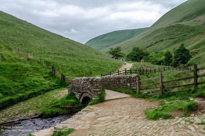 なだらかな丘陵地帯、緑豊かな牧草地、美しい小川、風情ある石橋、延々と続くフットパス(散策路)が織りなす景色は、絵画のような素晴らしさです。