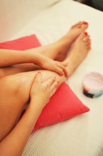 ぐっすり眠りたいならば、肌を保湿しながらのマッサージがいいでしょう。特に足をオイルやクリームでマッサージすると翌朝の身体がすっきりしやすくなります。面倒だと感じてもこのひと手間で翌日の身体の動きに変化が出てくるので夏バテなどで身体がだるい時にこそおすすめです。