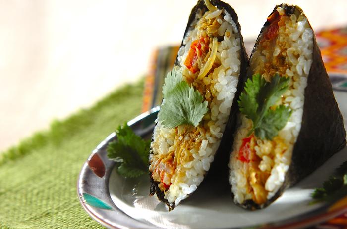 もはや定番ともなった「おにぎらず」。サンドイッチよりも具材を選ばず、作り方も簡単で、見た目も華やか。前日に残ったお惣菜も利用できます。写真は、サバ缶を使った簡単カレーと青菜のおにぎらず。