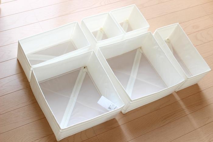 また、プラスチックの衣類収納ケースの中には、このような仕切りケースを用意するとベター。 細かいものの分類ができるだけでなく、衣類がばらばらと崩れることなく収納できますよ。