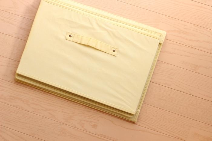 ベッド下収納でおすすめなのが、こちらの折りたたみ不織布ボックス。  ワンコインショップなどで見かけた方も多いかと思います。  こちらを組み立てて……