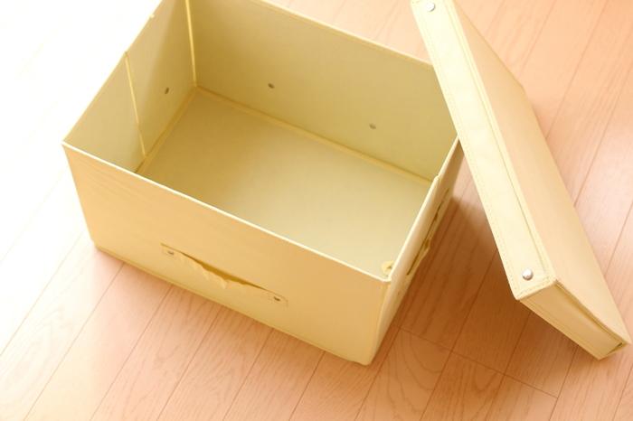 内部にルームソックスやルームシューズ、ちょっとしたブランケットなどを丸めて収納できます。  筆者もベッド下スペースにルームソックスや季節雑貨などを収納しています。 出し入れも便利ですし、部屋内スペースを節約できてとても助かっているんですよね。  サイズの小さいものを選べば、シェルフやキャビネットにも収納が可能です。 見せたくない衣類や小物などを簡単に管理できておすすめですよ。