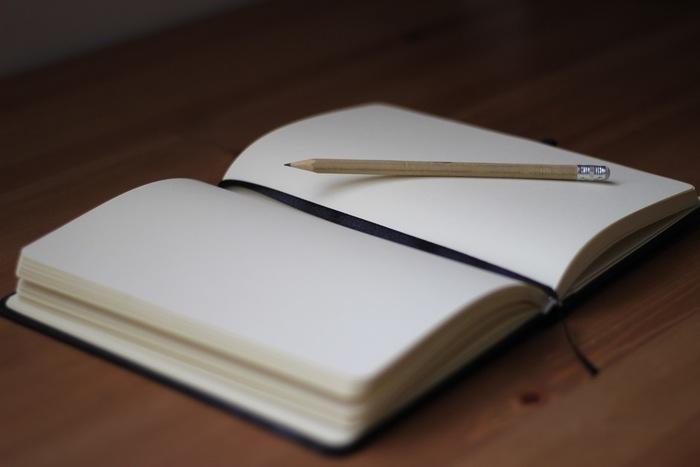 頭の中の整理ができずにベッドに入ってもモヤモヤと考え事をしている方、その考えを紙に書いてみてはいかがでしょうか?その日あったことを日記に書いてみるのもいいでしょう。頭がクリアになると身体も自然と楽になってきます。