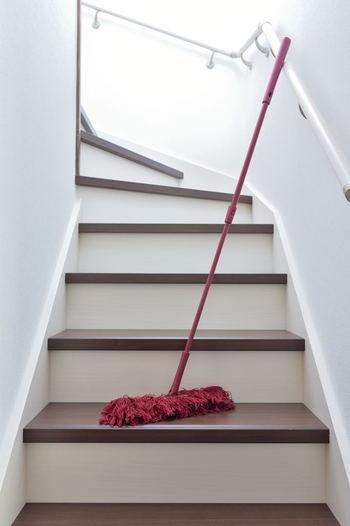 家中のいろいろな場所を毎日掃除して回るのは大変です。「月曜日は階段」「燃えるゴミの日はシンクまわり」など、曜日やタイミングを自分で決めて、毎日どこか1カ所ずつ綺麗にしてみましょう。各所を順番にお掃除し続けていれば、しつこい汚れを年末まで溜め込んでしまうこともありません。