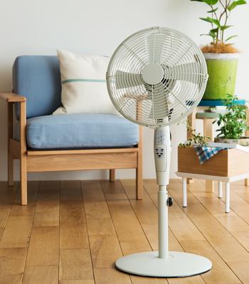 """見た目はとても似ているけれど、何が違うのでしょうか? """"サーキュレーター""""はお部屋の空気を循環させるもの。""""扇風機""""は身体に直接風を当てることで、清涼感を感じるものです。"""