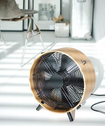 スタイリッシュなサーキュレーター「Otto(オットー)」は、スイスのデザイン家電ブランド「Stadler Form(スタドラーフォーム)」のもの。バンブー素材のフレームなので、ナチュラルなお部屋にもしっくりと。