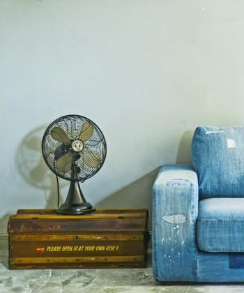 アンティークな風合いのファンは「journal standard Furniture(ジャーナルスタンダードファニチャー)」のもの。まるで昔のヨーロッパ映画に出てきそうなビンテージ感。コンパクトなので、こんなふうに棚の上に置いて使ってもお洒落ですね。
