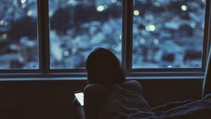 パソコンやスマホの画面のブルーライトは睡眠の質を低下させると言われています。寝る直前まで仕事をしている方も頭が冴えてしまい寝つきがわるくなってしまいます。