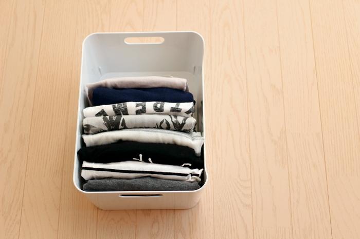 よく使うTシャツやカットソーをたたんで入れるとこのような感じに。  明日着る服をまとめて置いておくのも良いですね。