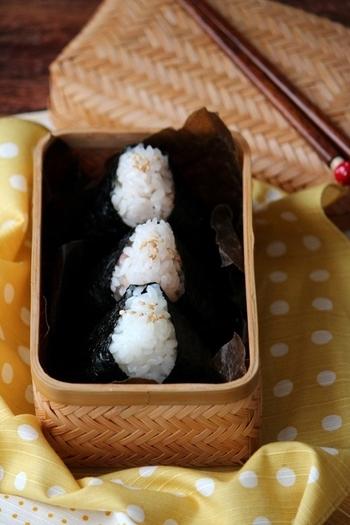 竹細工などのお弁当箱に入れれば、それだけでいい雰囲気になり、詰め方にテクニック不要。あとは、ちょっとしたおかずを添えるだけで、立派なおにぎり弁当になります。和風のお弁当箱は、ひとつ持っていると便利です。