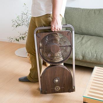 サーキュレーターや扇風機はどうしてもかさばってしまうもの…。こちらはなんと折りたたむことができる、とってもスリムな扇風機!