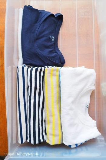 このように縦に衣類を配置すると、たくさん衣類を収納できますよね。  でも、プラスチック衣類ケースの素材上、どうしても滑ってしまいます。