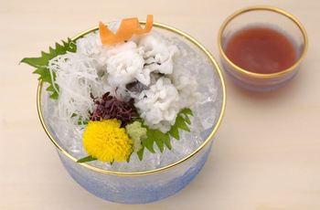 京都の夏の味覚・鱧(はも)を軽く湯通しした「鱧落とし」。梅肉のタレでさっぱりとした夏の味を楽しんで。
