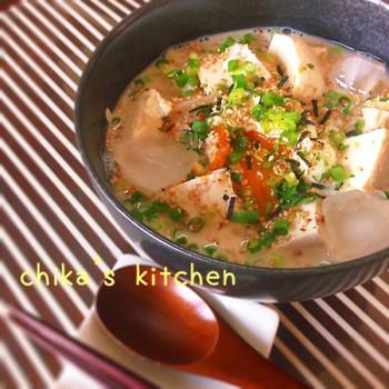 つゆに豆乳を合わせて豆腐を入れ、ごま風味で味付けした優しい味わいの冷やしうどん。イソフラボンたっぷりの女性にうれしいレシピです。