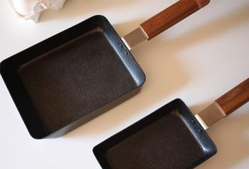 熱伝導がよい鉄に、「ファイバーライン加工」という油になじみやすく焦げ付きにくい加工が施されています。 ベーシックな角形の他、卵1個でも上手に作れる小さめサイズもあります。