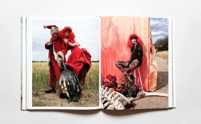 ファッション写真からファンタジーが少なくなってきた今、ファッションのもつ夢の世界を徹底的に作り上げるティム・ウォーカーは、世界でもトップクラスのファッションフォトグラファーです。