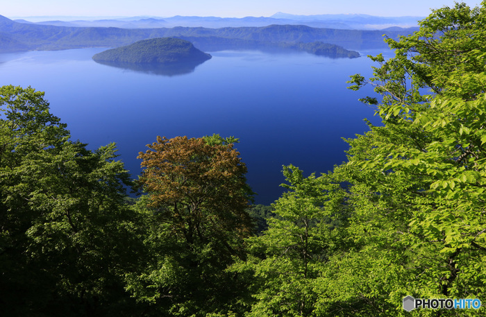 御鼻部山展望台からの十和田湖の眺め。連なる山々の稜線が目を楽しませてくれます。