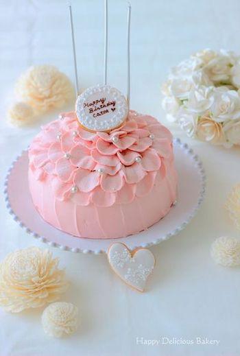 見た目が豪華なドームケーキはプレゼントにもぴったり!でも、一見作り上げるのがとても難しそうに見えますよね。だけどボールを使って、型要らずで簡単に作れるレシピもあるんです♪