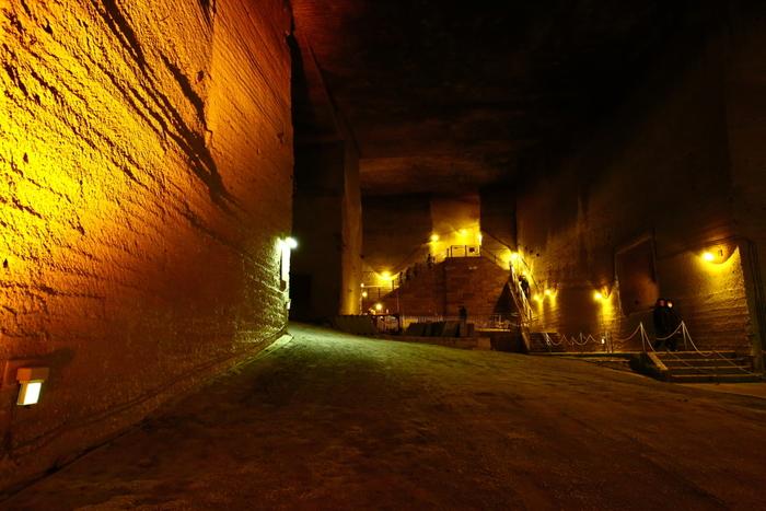 まるで地下宮殿のような趣の採掘場跡。広さは実に2万平方メートル、深さは30メートルという規模にびっくり! 石の表には、江戸時代までの手掘りのつるはしの跡が今もくっきり。その規模に驚愕させられます。