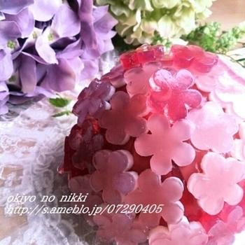 美しいオブジェのようなきらきらケーキ。このお花はなんと寒天から、ケーキはボールとレンジで出来た蒸しケーキからつくられているんです!