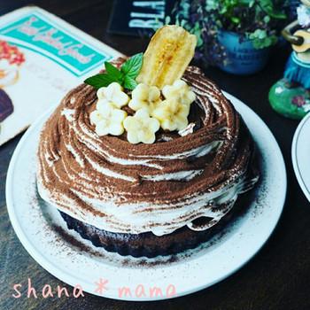 タルト型でブラウニーを焼き、その上にデコレーションすることでドーム型に仕上げていくケーキ。バナナの飾り付けがSooooキュートですね!
