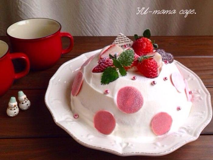 ピンクのドットがとってもキュート。かわいすぎてうっとりしてしまうドームケーキも、ボールと大きめスプーンでデコレーションすればあっという間にできあがり!