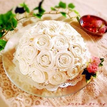 もらったらびっくりしそうなお祝いにぴったりのホワイトローズケーキ。こちらも市販のスポンジを使うので、楽々です。デコレーション用の生クリームの固さがポイント。