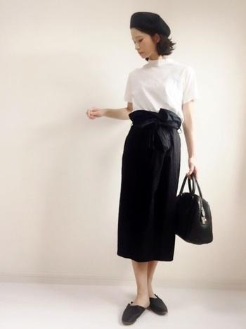 ちょっぴりレトロな雰囲気が素敵なラップスカートのコーデ。シンプルにホワイト×ブラックのアイテムでまとめて、ラップスカートの大きなリボンや、ひとつひとつのアイテムのさりげないレトロなデザインが可愛らしくて素敵です。