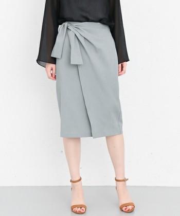 タイトなシルエットのラップスカートは、大人っぽくこなれた着こなしに。オフィススタイルにもぴったりの上品なデザインです。