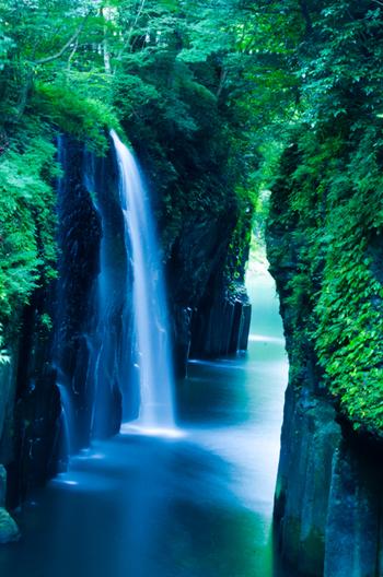 すっかり海外でも有名になったこの眺め。 宮崎県西臼杵郡高千穂町にある「高千穂峡(たかちほきょう)」の「真名井の滝(まないのたき)」の眺めです。 高千穂峡は国の名勝、天然記念物に指定されています。