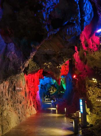 洞内は1年を通じて10度前後。ぜひ、夏に訪れたい涼スポットです。