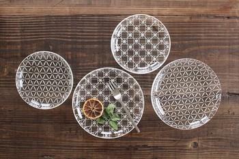 夏の涼味を盛り付けるには、涼やかなガラスの器がおすすめ。金津沙矢香さんの「Nostargia」シリーズは、吹きガラスで制作したうつわに、切子の技法で模様が入れられています。さらにガラス用絵具で絵付けしたのち、再加熱して焼きつけるという手の込んだ製法。細やかで透明な美しさをたたえたうつわは、和洋問わず夏の食卓に映えます。 金津沙矢香「nostargia」/和食器通販のお店 うちる